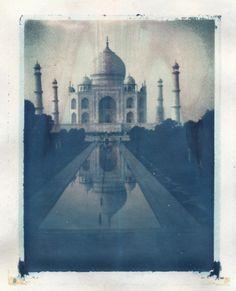 Taj Mahal - India L'idée qu'on puisse construire un monument par amour. World Miracles, Places To Travel, Places To See, India And Pakistan, Vintage Photographs, My Favorite Color, Taj Mahal, Beautiful Places, To Go