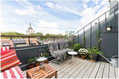 ¿Te imaginas disfrutar de Estocolmo desde esta acogedora terraza? ¡Siempre que el tiempo lo permita, claro! Esta pareja ya ha hecho 7 intercambios y sigue deseando descubrir más mundo. #terrazas #vacaciones #viajes