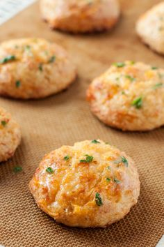 Gluten free cheddar biscuits that are heavy on the garlic, and delicious flavor. Vegan cheddar cheese replacement and they're perfect! Gluten Free Diet, Foods With Gluten, Gluten Free Cooking, Gluten Free Kitchen, Gluten Free Muffins, Dessert Sans Gluten, Gluten Free Desserts, Gf Recipes, Dairy Free Recipes