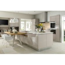 The Chippendale Solo Gloss Cashmere kitchen comes in a modern style with a gloss finish. Browse the kitchen features and find a retailer near you. Kitchen Island Table, Kitchen Chairs, Kitchen Flooring, Kitchen Seating, Cashmere Gloss Kitchen, White Gloss Kitchen, Kitchen Shop, New Kitchen, Kitchen Design