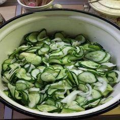 Uborka hagymával télire, ha már unod a csemegeuborkát, ezt a finomságot érdemes megkóstolnod! Hungarian Recipes, Cucumber, Healthy Living, Food Porn, Food And Drink, Health Fitness, Cooking Recipes, Tasty, Pickles