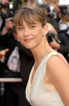 Les plus belles coiffures de Sophie Marceau : le chignon sage (pour une robe qui le sera moins) Au Festival de Cannes, le 13 mai 2005.