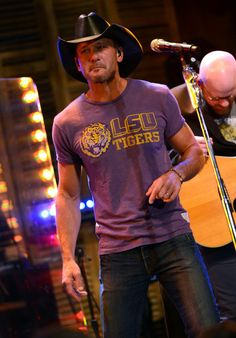 See pictures and shop the latest fashion and style trends of Tim McGraw, including Tim McGraw wearing and more. Modern Country Music, Country Love Songs, Country Music Stars, Country Men, Black Cowboy Hat, Cowboy Hats, Male Country Singers, Country Artists, Sexy Men