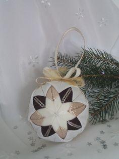Vánoční baňka ze stužek