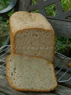 Chleba je velký, poměrně dost lehký a tmavý. Mám v plánu vyzkoušet ho i v celokváskové verzi, bez droždí. Je vyzkoušen, s výborným výsledkem. Pokud nemáte (nebo nechcete dát) otruby, můžete je vynechat, ale je potřeba dát o 20-30 g (ml) vody méně. Už několikrát jsem si všimla, že s otrubami má chleba z pekárny…