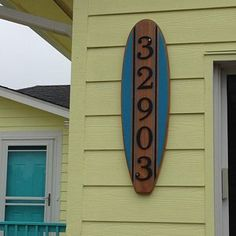 Planche de surf Table basse en bois surf Table Surf meuble 60 | Etsy Table Surf, Surfboard Coffee Table, Wooden Surfboard, Coffee Table Stand, Furniture Grade Plywood, House Plaques, Beach Room, Surf Art, House Numbers