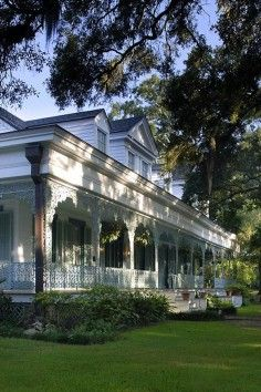 Said to be THE MOST haunted house in America, The Myrtles Plantation was reportedly home to some 20 murders and mysterious deaths. Today, it is run as a bed and breakfast. The Myrtles Plantation. Haunted America, Houses In America, Places In America, Most Haunted Places, Spooky Places, Beautiful Homes, Beautiful Places, Louisiana Plantations, South Carolina