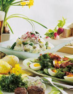 Inviter familie og venner på påskefrokost, og sørg for, at retterne kan laves dagen før, så du ikke skal bruge for meget tid i køkkenet, når du har gæster.