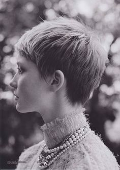 What a great short shaggy cut! Sigh so pretty and feminine and gorgeous...