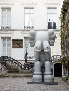 KAWS Companion (Passing Through) at Galerie Perrotin in Paris. Superflat, Toy Art, Arte Pop, Kaws Wallpaper, Arte Lowbrow, Yorkshire Sculpture Park, Culture Pop, British Countryside, Expo