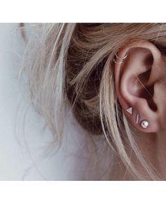 Trending Ear Piercing ideas for women. Ear Piercing Ideas and Piercing Unique Ear. Ear piercings can make you look totally different from the rest. Ear Peircings, Cute Ear Piercings, Cartilage Piercing Hoop, Piercings For Small Ears, Helix Piercings, Multiple Ear Piercings, Body Piercing, Hoop Earrings, Ear Piercings