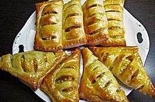 Apfeltaschen sind ein Klassiker unter den Desserts. Wie die leckere Süßspeise ohne viel Aufwand zubereitet werden kann, zeigt Yasmin im Anleitungs-Video.