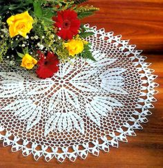 tejidos artesanales en crochet: carpeta redonda tejida en crochet con motivo de fl...