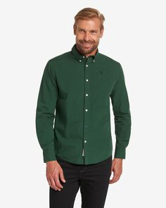 Hemd    Der legere Look dieses Hemdes wird vor allem durch das unifarbene Dessin gekennzeichnet. Es verfügt darüber hinaus über eine durchgehende Knopfleiste und Sportmanschetten mit knöpfbarem Schlitz. Abgerundet wird das Design durch die kontrastfarbene Logo-Stickerei auf der Brustpartie. Aus 100% Baumwolle....