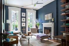 peinture bleu gris dans le salon chic- moulures châssis blancs et méridienne blanche