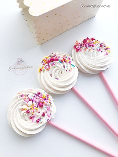 Baiser Lolli / Schäumchen Who does not love the meringue? Here as a stalk with my sprinkles! Soon they will go online :-] Meringue Desserts, Meringue Pavlova, Cupcakes, Cupcake Cakes, Cookies Roses, Yummy Treats, Sweet Treats, Dessert Boxes, Drip Cakes