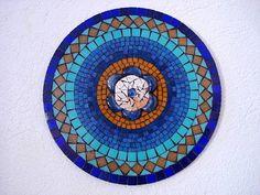 Base MDF, traballho em mosaico com pastilhas de vidro e detalhes em espelho e vidro. <br>Tamanho: 40 cm diâmetro