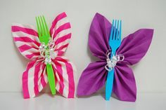 butterfly folded napkins for trolls theme birthday party This list of Trolls birthday party ideas helps you find Trolls cake, Trolls birthday invitations and decorations, and Trolls party games for your Trolls themed party. Butterfly Birthday Party, Trolls Birthday Party, Butterfly Baby Shower, Garden Birthday, 6th Birthday Parties, Diy Butterfly, Cake Birthday, Troll Party, Butterfly Party Favors
