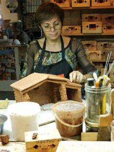 Nous avons pu aller voir Colette dans son atelier de Roquevaire.  Elle partage cet atelier avec Lise Berger, Meilleur Ouvrier de France et Médaille d'Or 1979.