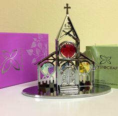Igreja cromada com cristais SWAROVSKI safira, topázio, verde antigo e bordeaux, no tamanho de 10 x 9.58 cm. O produto acompanha embalagem de presente no tamanho de 8.9 x 6.4 x 10.1 cm.