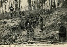1914-15. Construction of a trench, French soldiers.