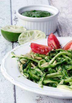 Low Carb Zucchininudeln mit Avocado-Pesto - Gaumenfreundin - Foodblog aus Köln mit leckeren Rezepten von der schnellen Küche bis Low Carb