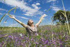 Por Paulo R. Käfer* A maioria de nós aspira ser feliz e viver uma vida repleta de realizações e conquistas. Queremos nos sentir bem e desfrutar de uma boa existência com paz de espírito. Mas não podemos comprar a felicidade. Ela, definitivamente não está à venda, infelizmente. Ou felizmente, sei lá… Já imaginou? A gente …