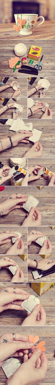 HAZ TUS PROPIOS TÉS. Materiales necesarios: filtros de café (o cápsulas para magdalenas), Tijeras, máquina de coser, las hojas sueltas de té, grapadora, hilos, papel para etiquetas (las páginas de viejos libros, cartulinas, etc), Opcional: Especias (canela,jengibre molido...). Paso 1 - Cortar dos cápsulas en un rectángulo. Paso 2 - Coserlos, tres de sus lados, dejando uno de los lados más pequeños abiertos. Paso 3 - Llene la bolsa de té con las hojas de té sueltas.