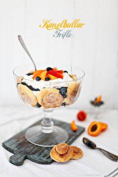 Kanelbullar Trifle Dessert mit Aprikosen, Blau- und Brombeeren / Swedish cinnamon bun trifle with mascarpone, apricots, blueberries and blackberries