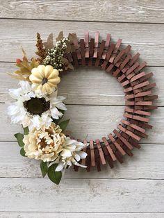Wreath Crafts, Diy Wreath, Clothespin Crafts, Wreath Ideas, Wreath Making, Frame Wreath, Diy Crafts, Summer Door Wreaths, Fall Wreaths