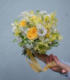 Buchet de mireasa romantic cu trandafiri galbeni Floral Wreath, Pastel, Wreaths, Romantic, Decor, Floral Crown, Cake, Decoration, Door Wreaths