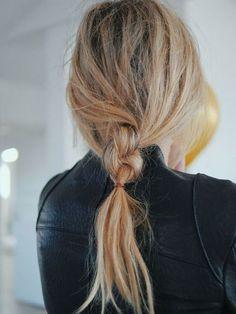 Messy braid // hair inspiration // easy hair looks Everyday Hairstyles, Messy Hairstyles, Pretty Hairstyles, Summer Hairstyles, Hairstyle Ideas, Hairstyle Tutorials, Female Hairstyles, Brunette Hairstyles, Updo Hairstyle