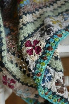 Granny Squares can sometimes seem repetitious, but not in this extraordinary blanket! Point Granny Au Crochet, Granny Square Crochet Pattern, Crochet Squares, Crochet Blanket Patterns, Crochet Blankets, Knitting Patterns, Crochet Motifs, Crochet Stitches, Love Crochet