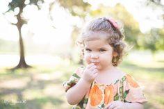 Ensaio infantil da Helena com 2 aninhos, num lindo fim de tarde em Cachoeiro de Itapemirim - ES. Sessão infantil por Aline Tunala, especializada em fotografia infantil e de familia.Beijando a flor, beijinho na flor.