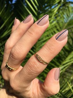 Discover how to recreate one stripe nail art easily at home #beautyblog #nails #uñas #nailart #essie #essieladylike #onestripenails
