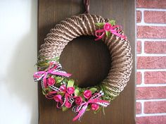 Velikonoce ☼ velikonoční pletení z papíru ☼ velikonoční věnec ☼ pletení z papíru ☼ věneček ☼ jaro ☼ jarní věnec Holidays And Events, 4th Of July Wreath, Burlap Wreath, Wreaths, Crochet, Home Decor, Creativity, Xmas, Decoration Home