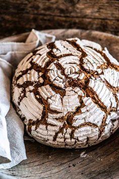 Roggensauerteigbrot – so gelingt der Sauerteigklassiker Baking Recipes, Vegan Recipes, Ciabatta, Naan, Sourdough Bread, Bread Rolls, Pampered Chef, Culinary Arts, Healthy Baking