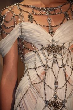 What Would Khaleesi Wear? Marchesa Spring 2011 submitted by rafaelaspointofview Style Haute Couture, Couture Fashion, Runway Fashion, High Fashion, Couture Details, Dress Fashion, Fashion Clothes, Marchesa Fashion, Marchesa Gowns