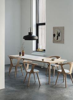 Esszimmer Essplatz Esstisch Stühle Holz &tradition modern skandinavisch schlicht minimalistisch reduziert monochrom Betonboden Kunst Leuchte wohnen dekorieren einrichten Interieur Wohnideen Wohninspiration Interior Design