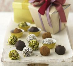 chocolate truffles Simple and delicious chocolate truffles. Makes brilliant handmade presents!Simple and delicious chocolate truffles. Makes brilliant handmade presents! White Chocolate Truffles, Chocolate Cheese, Chocolate Biscuits, Delicious Chocolate, Decadent Chocolate, Chocolate Fudge, Delicious Desserts, Chocolates, Pisco Sour