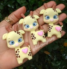 Cute Polymer Clay Giraffe Embelish With Pink Hearth. Polymer Clay Magnet, Clay Magnets, Polymer Clay Animals, Fimo Clay, Polymer Clay Charms, Oven Bake Clay, Baking Clay, Clay Mugs, Cute Clay
