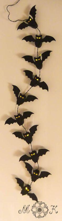 Für alle die noch Zeit für & Lust auf ein Halloween-Projekt haben, habe ich heute wieder eine kleine Datei. Diesmal hab ich eine Fledermaus-Lichterkette gewerkelt: Die Fledermäuse sind wie kleine Schächtelchen gearbeitet. Durch das Unterteil wird die Lichterkette geführt und anschließend das Vorderteil aufgesetzt (wie ein Deckel). Die Datei ist so konzipiert, dass der Deckel …