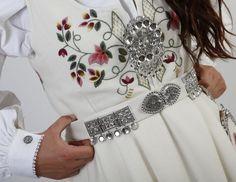 Hvit Lundebybunad, Bunadstuggu Folk Costume, Costumes, Scandinavian Folk Art, Bridal Crown, Norway, Textiles, Traditional, Embroidery, Stitches
