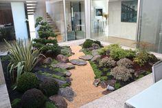 Descubra el maravilloso mundo de los jardines japoneses y jardines zen, deje que nuestro paisajista le asesore cuando construya el suyo. Indoor Zen Garden, Backyard Garden Landscape, Modern Backyard, Garden Oasis, Large Backyard, Jardin Zen Interior, Interior Garden, Small Japanese Garden, Japanese Garden Design