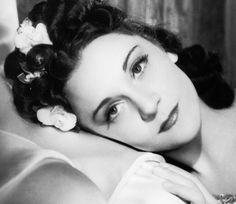 Maria Casarès (21 novembre 1922 – 22 novembre 1996) fut l'une des plus grandes actrices françaises, figure de proue du cinéma des années 40 (Les enfants du paradis, Orphée) et légendaire tragédienne. Elle fut aussi l'autre grand amour d'Albert Camus : 12 années d'amour que seule la mort de l'écrivain brisa.