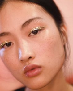 Jing Wen - @jingwenllA simple gold wing lets Wen's dewy skin and signature freckles take the spotlight.