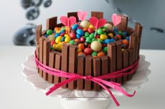 Tarta de chocolate con decoración infantil