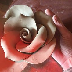 Flowers Drawing Tweaking Rose Petals - Expert flower maker Carolyn Clayton shows you how to make a how to make a clay rose. She recently had to make several hundred for a shop display. Hand Built Pottery, Slab Pottery, Ceramic Pottery, Ceramic Techniques, Pottery Techniques, Clay Art Projects, Clay Crafts, Ceramic Flowers, Clay Flowers