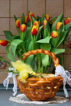 Wielkanocny koszyczek drożdżowy Easter In Poland, Polish Easter, Creative Food Art, Easter 2021, Yeast Bread, Polish Recipes, Happy Easter, Basket, Homemade