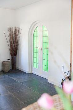 Keramische vloertegel Belgisch hardsteen look 60x60, landelijk interieur.
